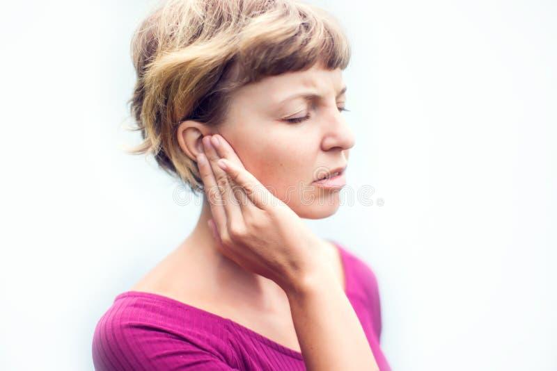 zumbido Primer encima de femenino enfermo del perfil lateral teniendo dolor de oído a foto de archivo libre de regalías