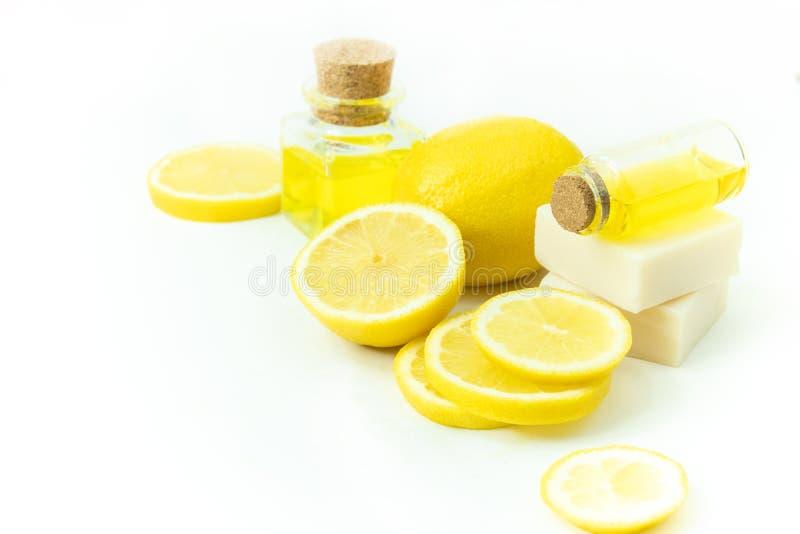Zumo de fruta del limón y jabón del balneario con la vitamina para el concepto facial del cosmético del skincare de la belleza imagenes de archivo