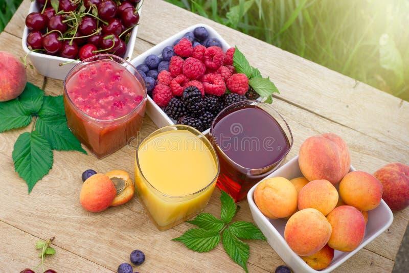 Zumo de fruta sano - smoothie y frutas orgánicas foto de archivo