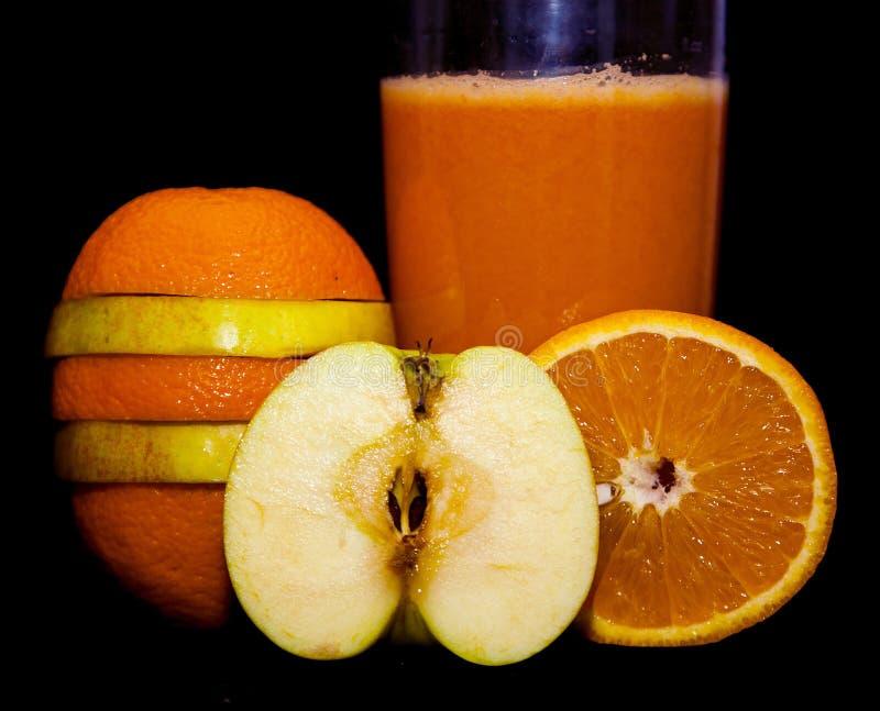 Zumo de manzana anaranjado de las vitaminas útiles de las zanahorias fotografía de archivo libre de regalías