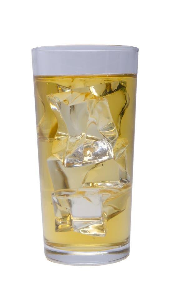 Zumo de manzana con hielo en un fondo blanco imagenes de archivo
