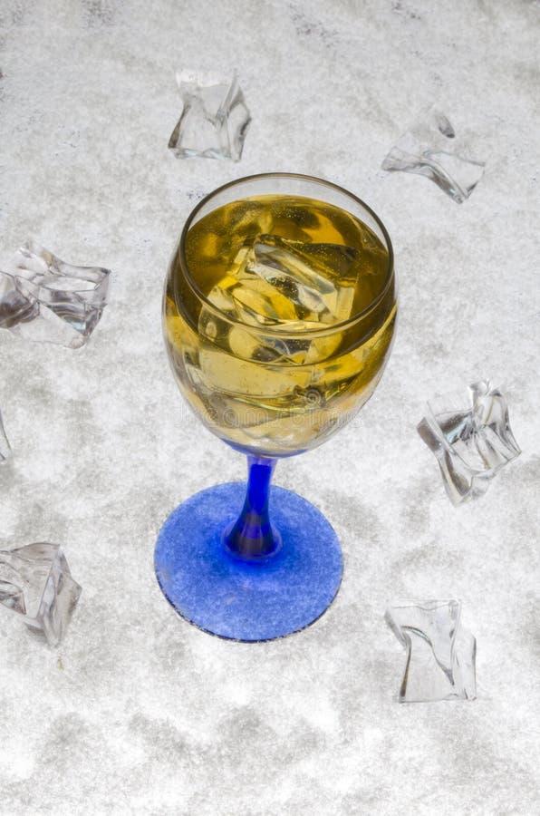 Zumo de manzana con hielo en un fondo blanco fotografía de archivo