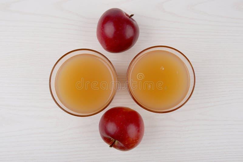 Zumo de manzana en vidrios foto de archivo libre de regalías