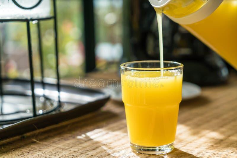 Zumo de naranja de colada en un vidrio imagen de archivo libre de regalías
