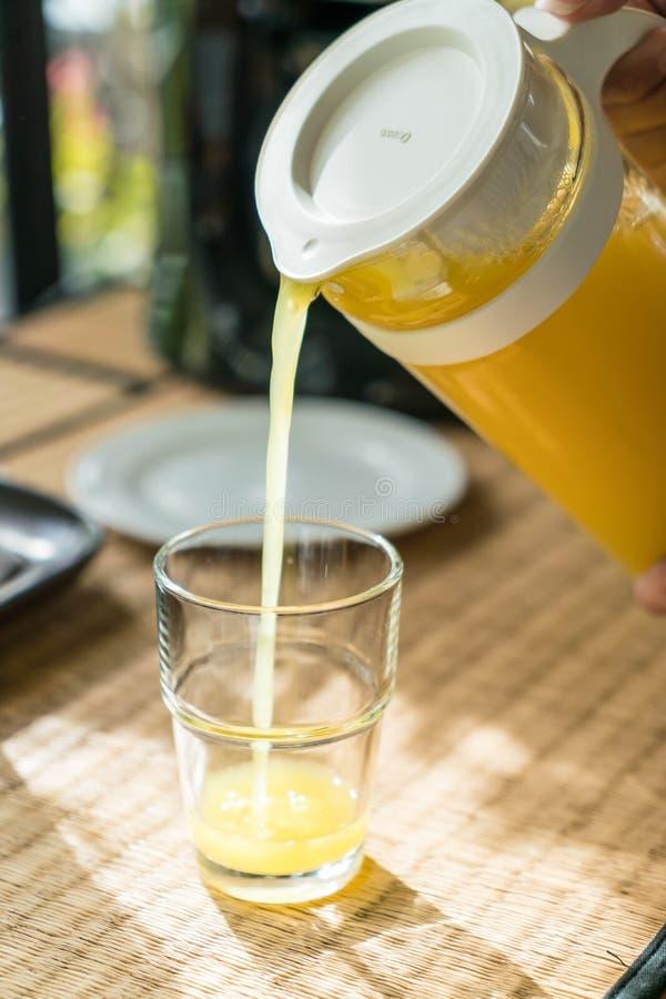 Zumo de naranja de colada en un vidrio imagen de archivo