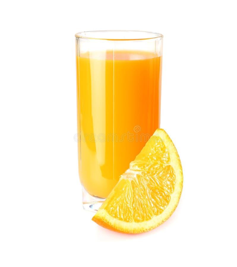 Zumo de naranja con la naranja aislada en el fondo blanco jugo en vidrio fotografía de archivo