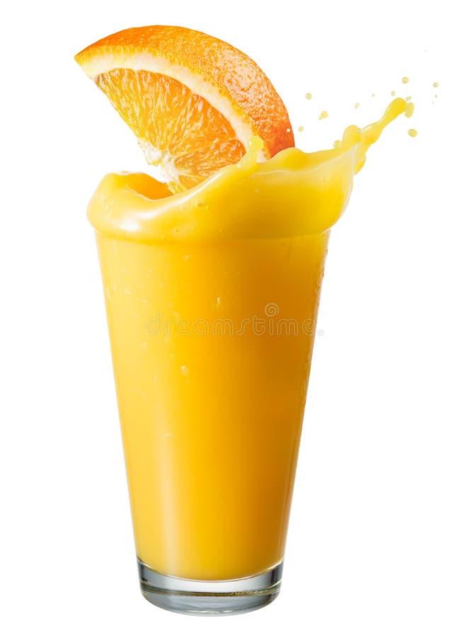 Zumo de naranja con la rebanada del chapoteo y de la fruta aislada en blanco fotografía de archivo libre de regalías