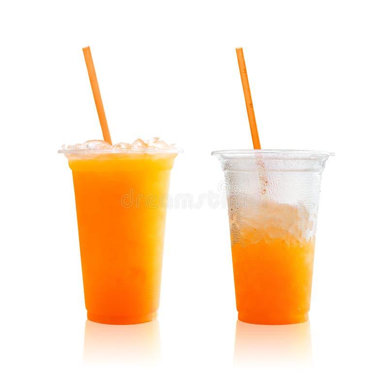 Zumo de naranja en el vidrio plástico aislado en el fondo blanco Bebida sana con gusto agridulce Trayectorias de recortes o corta imagenes de archivo