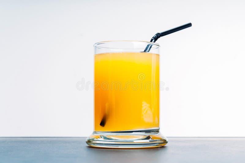 Zumo de naranja en la tabla azul fotografía de archivo