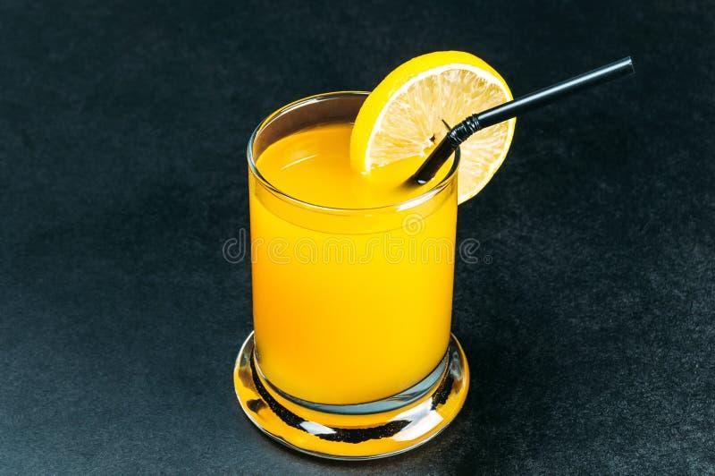 Zumo de naranja en la tabla azul foto de archivo