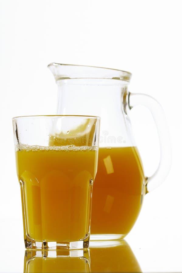 Zumo de naranja en un jarro imagen de archivo