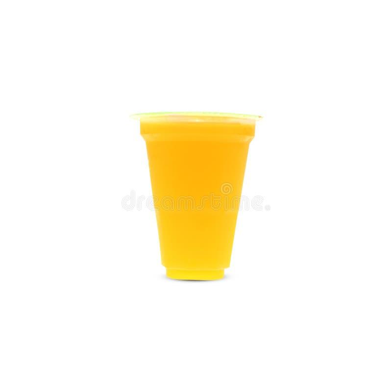 Zumo de naranja en una taza plástica Cierre la tapa en un blanco foto de archivo libre de regalías