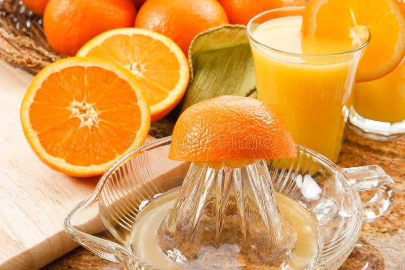 Zumo de naranja exprimido fresco fotos de archivo libres de regalías
