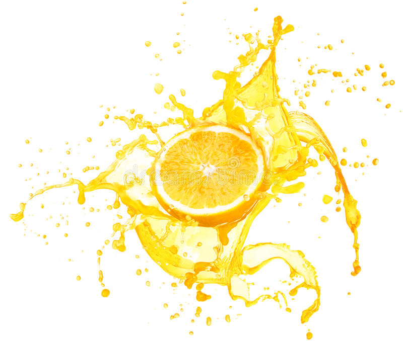 Zumo de naranja que salpica con sus frutas aisladas en blanco imagen de archivo