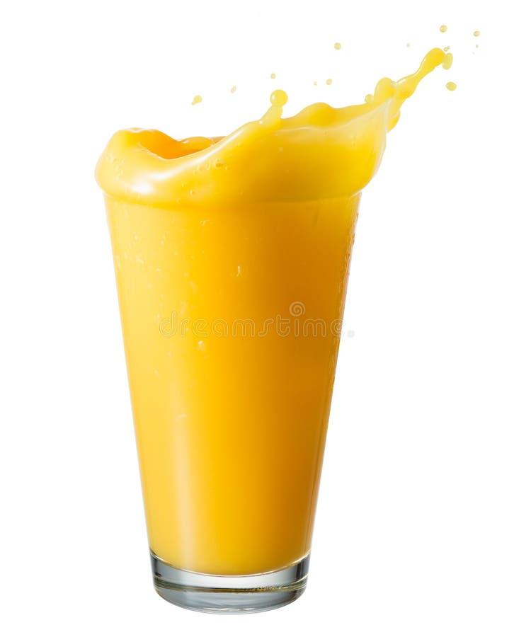 Zumo de naranja Salpique en un vidrio, aislado en un blanco fotografía de archivo libre de regalías