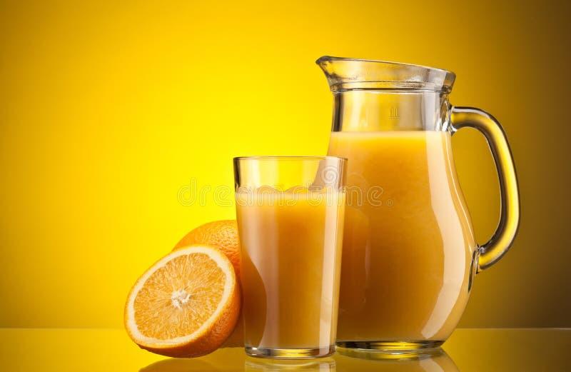 Zumo de naranja sobre amarillo imágenes de archivo libres de regalías