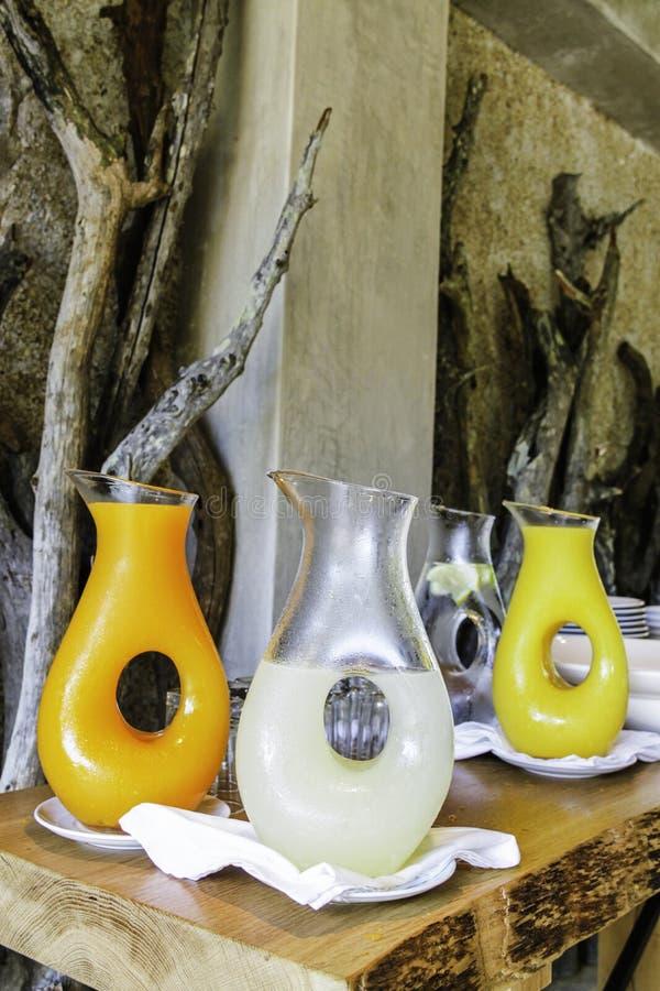 Zumo de naranja y limonada en una jarra en una casa de campo del safari en el parque nacional de Kruger fotografía de archivo