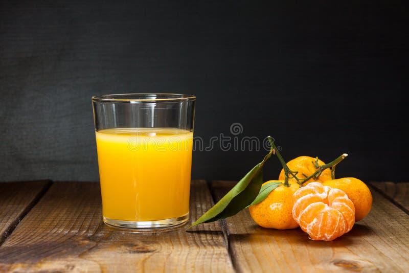 Zumo de naranja y mandarinas fotos de archivo