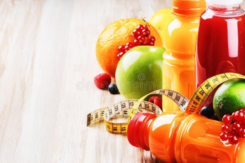 Zumos de fruta fresca en el ajuste sano de la nutrición fotografía de archivo libre de regalías
