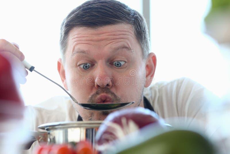 Zupa do degustacji mistrza kucharza fotografia stock