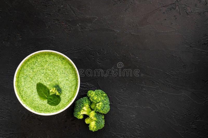 Zupa z kremem Broccoli na czarnym tle, widok z góry obrazy royalty free