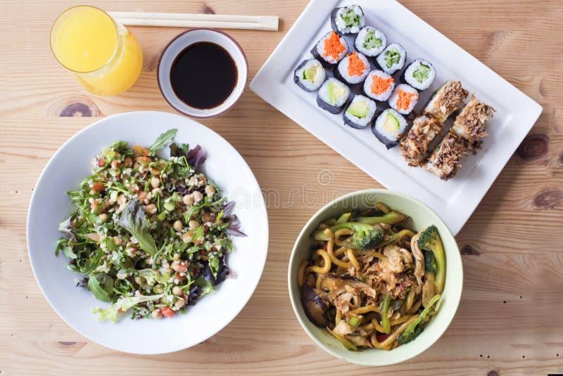 Zupełny zdrowy posiłek suszi i sałatka na drewnianym stole obrazy stock