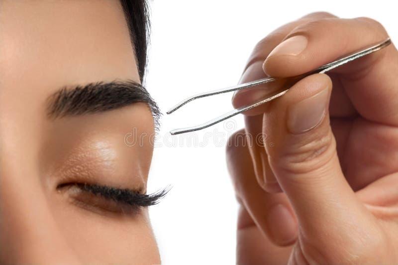 Zupfen der Augenbraue stockfotos