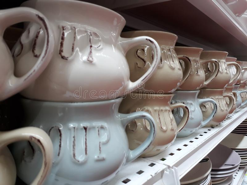 Zupni puchary w stosie na półce w sklepie obraz royalty free
