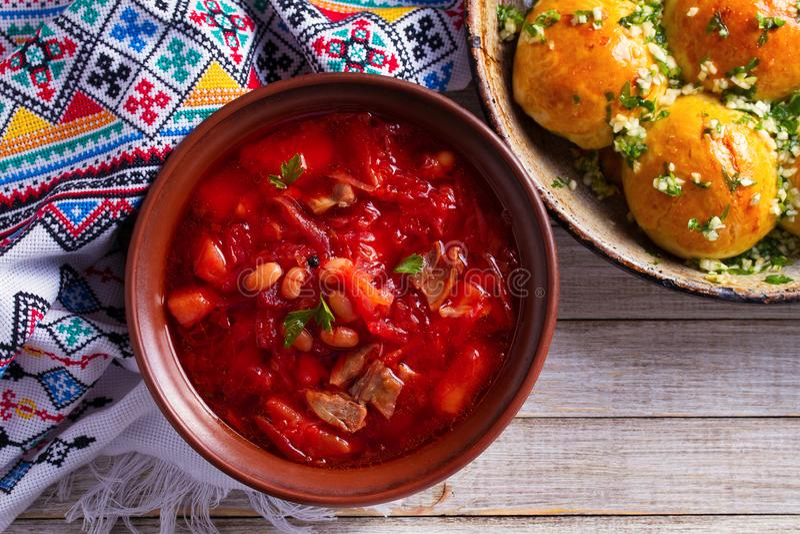 Zupny borscht robić z warzywami, mięso, fasola i burak, zakorzeniamy Babeczki Pampushky - Ukraiński czosnku chleb obrazy stock