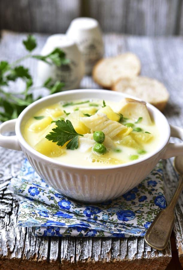 Zuppa con la patata, il merluzzo ed il pisello fotografia stock libera da diritti