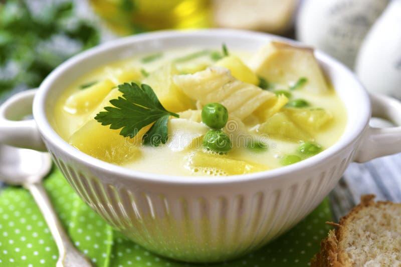 Zuppa con la patata, il merluzzo ed il pisello immagine stock libera da diritti