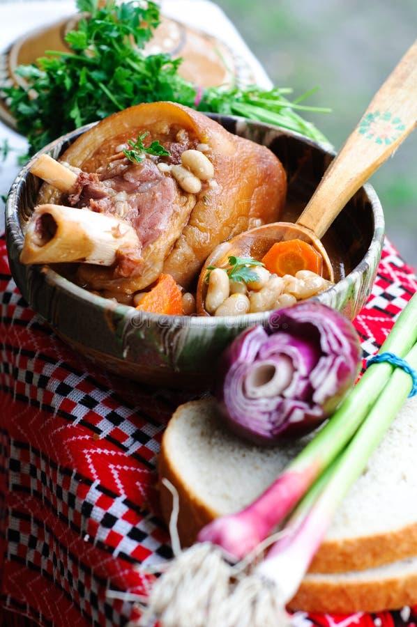 Zuppa di fagioli con il piedino affumicato del porco fotografia stock