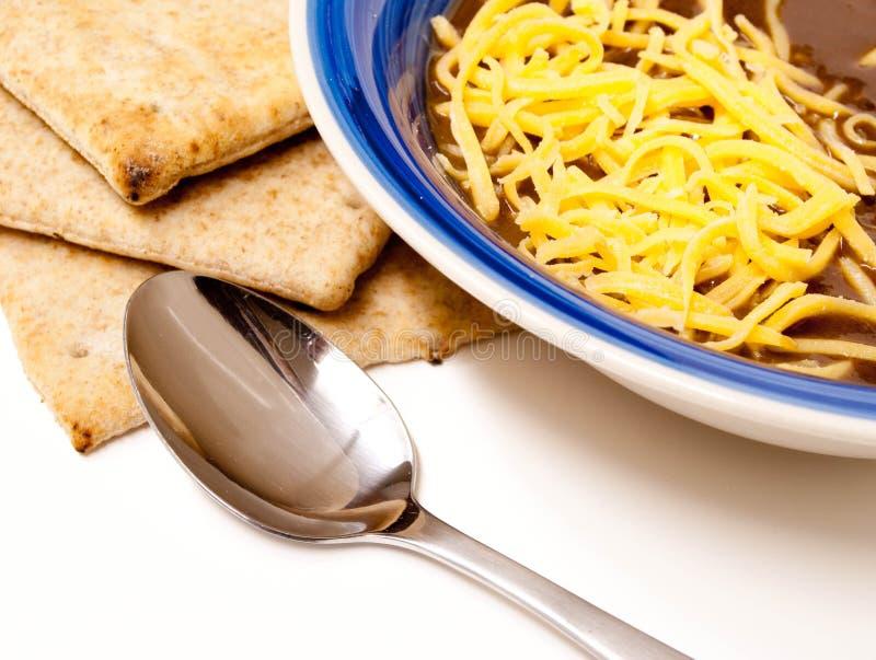 Zuppa di fagioli neri con formaggio tagliuzzato fotografie stock