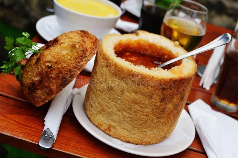 Zuppa di fagioli in pane fotografie stock