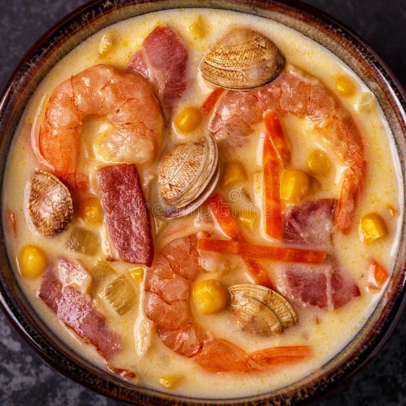 Zuppa di molluschi e latte casalinga con i gamberetti fotografia stock