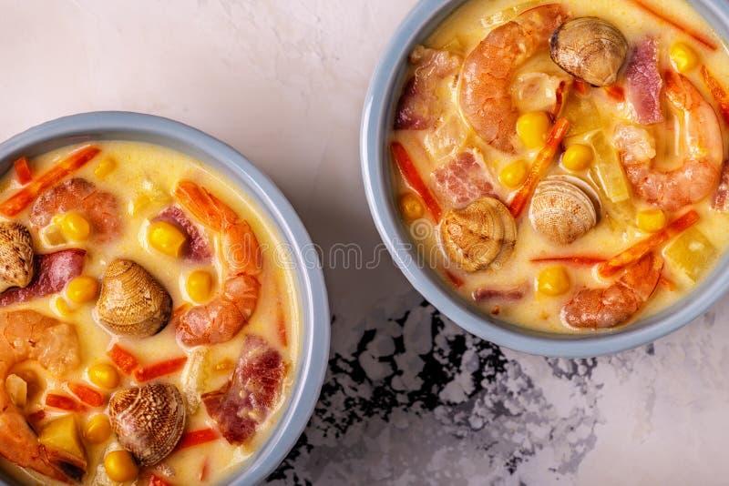 Zuppa di molluschi e latte casalinga con i gamberetti fotografie stock