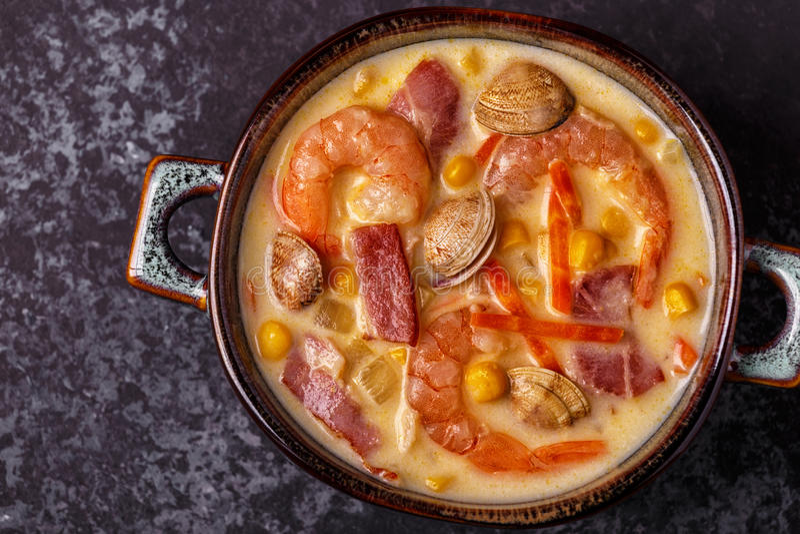 Zuppa di molluschi e latte casalinga con i gamberetti immagini stock