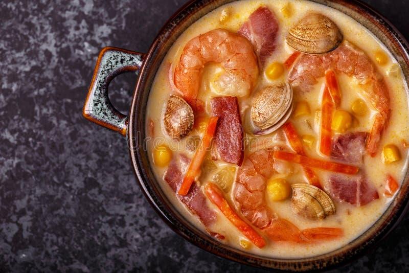 Zuppa di molluschi e latte casalinga con i gamberetti fotografia stock libera da diritti