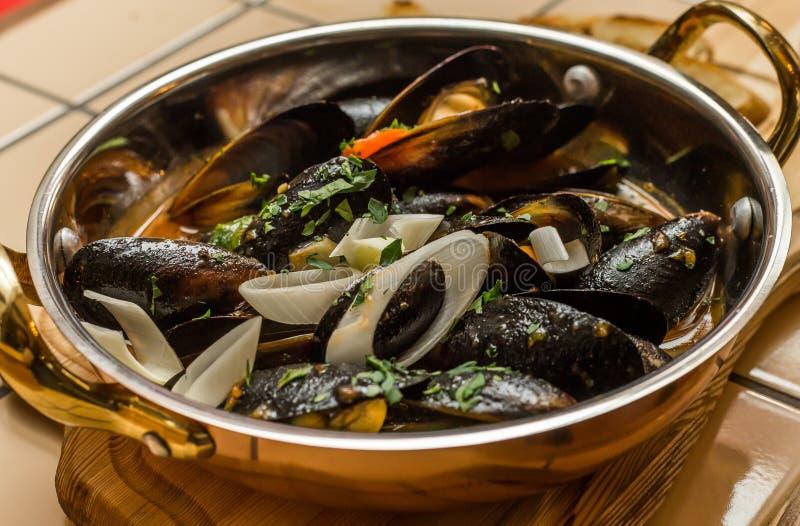 Zuppa di molluschi e latte e verdure calde fotografie stock libere da diritti