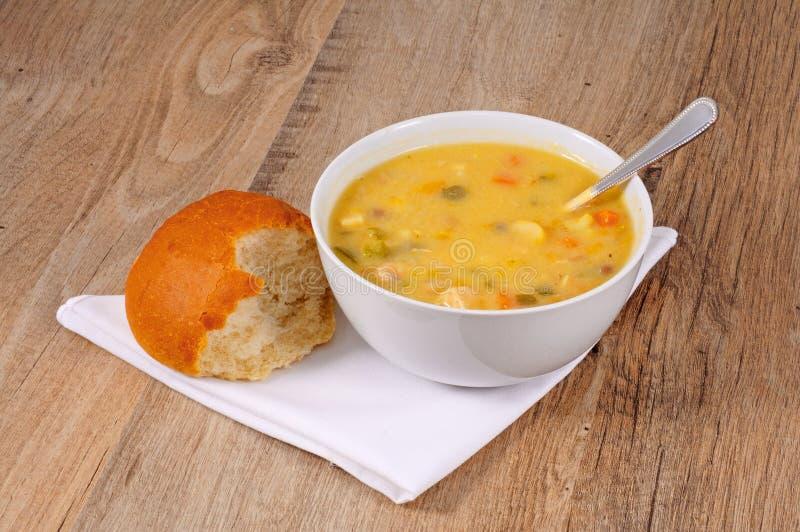 Zuppa di pesce con panino fotografia stock libera da diritti