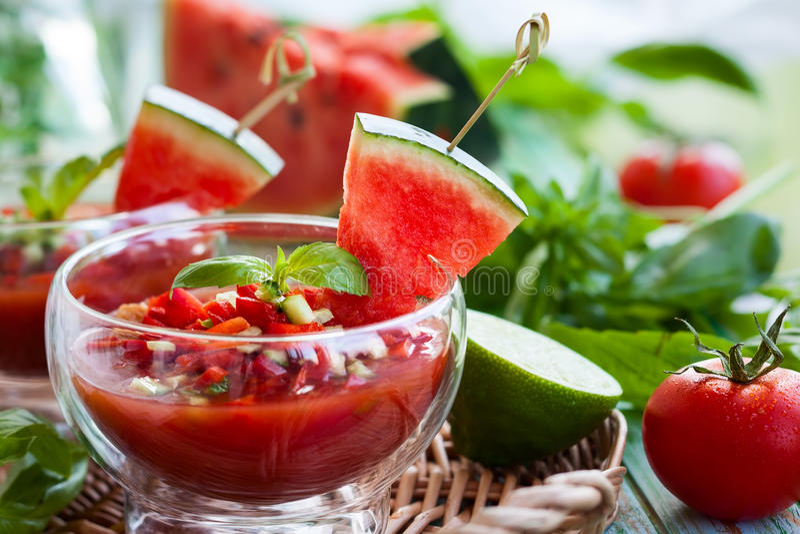 Zuppa di verdure fredda del pomodoro dell'anguria immagini stock libere da diritti