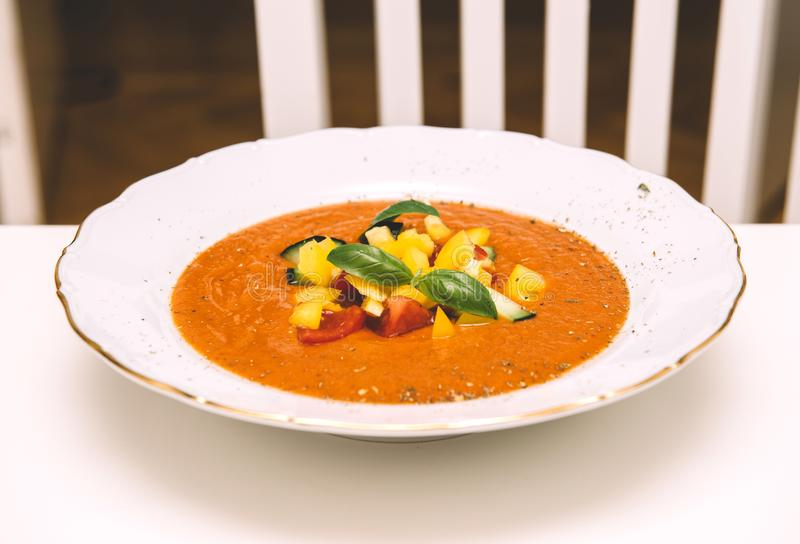 Zuppa di verdure fredda deliziosa sulla tavola nella stanza vivente della cucina fotografie stock
