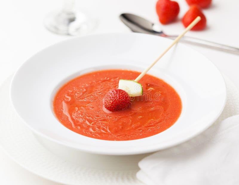 Zuppa di verdure fredda della fragola immagine stock