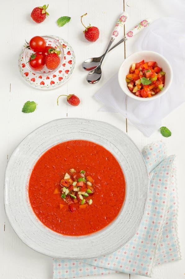 Zuppa di verdure fredda della fragola e del pomodoro fotografia stock