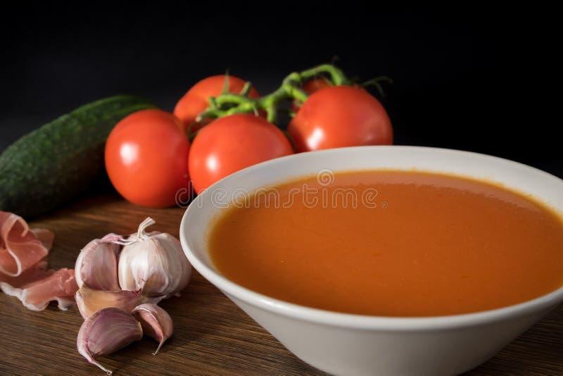 Zuppa di verdure fredda sana per estate immagine stock libera da diritti