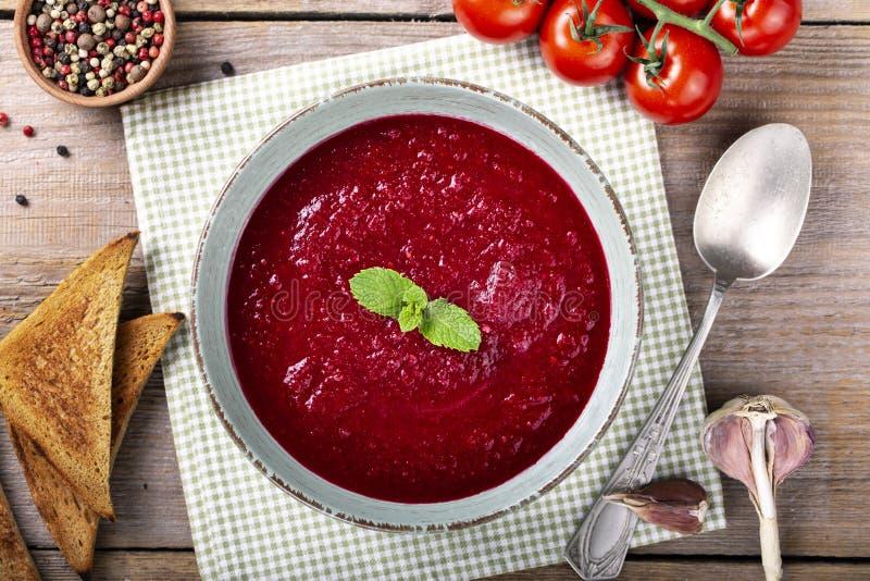Zuppa di verdure fredda fredda spagnola tradizionale della minestra del pomodoro immagine stock libera da diritti