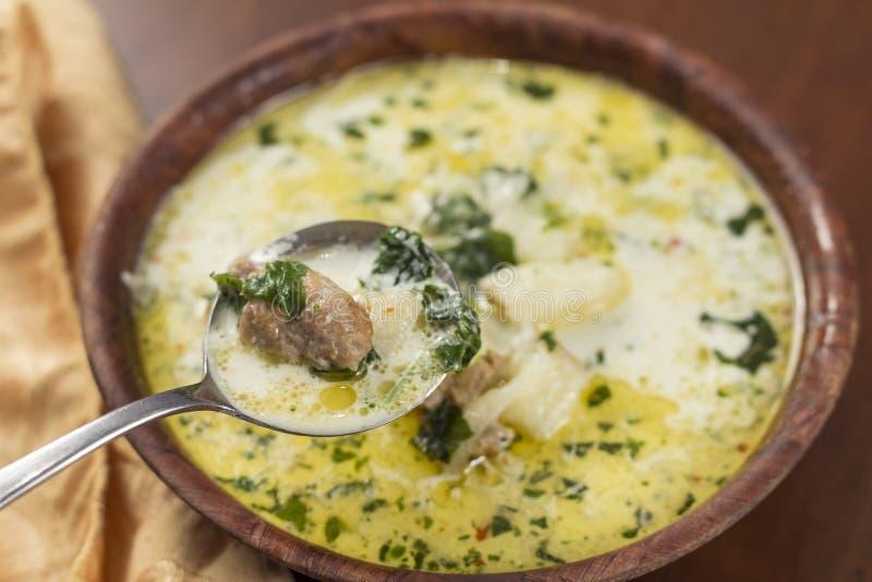 Zuppa Toscana korv och grönkålsoppa royaltyfri bild