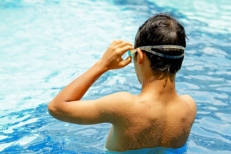 Zurück vom jugendlich Jungen am Swimmingpool lizenzfreie stockbilder