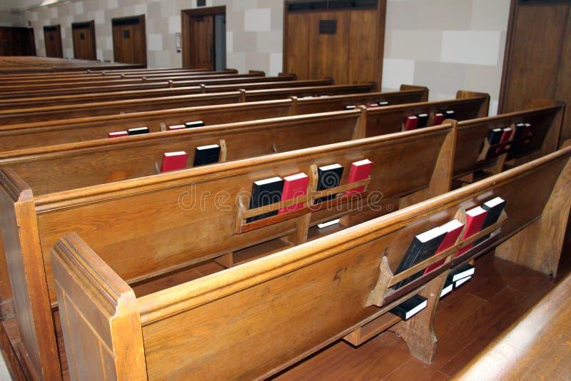 Zurück von den Reihen von Kirchenbänken mit Bibeln lizenzfreie stockfotografie