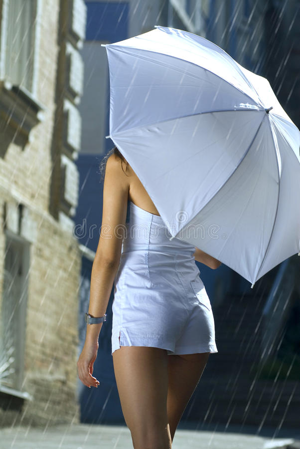 Zurück von der Frau mit Regenschirm lizenzfreies stockbild